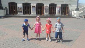 Наши ребята на прогулке в городе