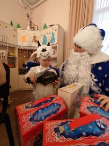 Малыши встречают  Новый год и Рождество Христово  с подарками!